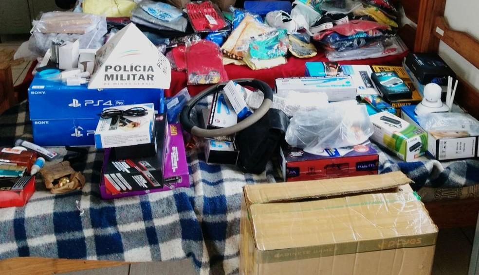 Militares apreenderam vestuários, equipamentos eletrônicos, amostras de perfume, pneus de motocicleta e assessórios (Foto: Polícia Militar/Divulgação)