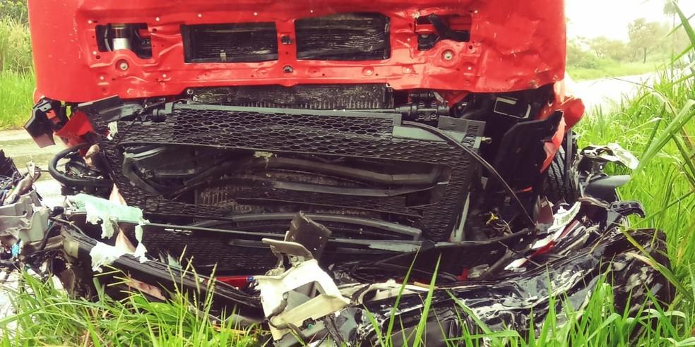 Carreta que atingida por veículo que partiu ao meio, em rodovia de MS. — Foto: Corpo de Bombeiros/Foto