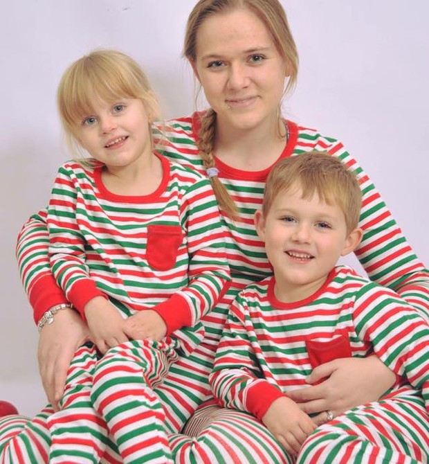 """A mãe com seus dois filhos: """"Tudo isso tem ajudado a transformá-los nas crianças mais carinhosas do mundo"""" (Foto: Reprodução/ Facebook)"""