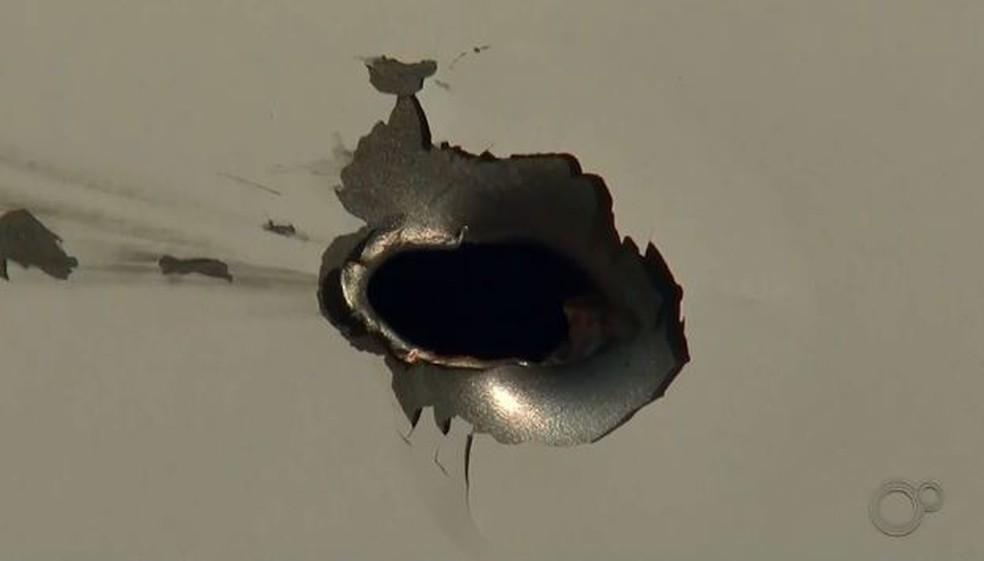 Casa de moradora foi atingida com 15 disparos durante ataque — Foto: Reprodução/TV TEM