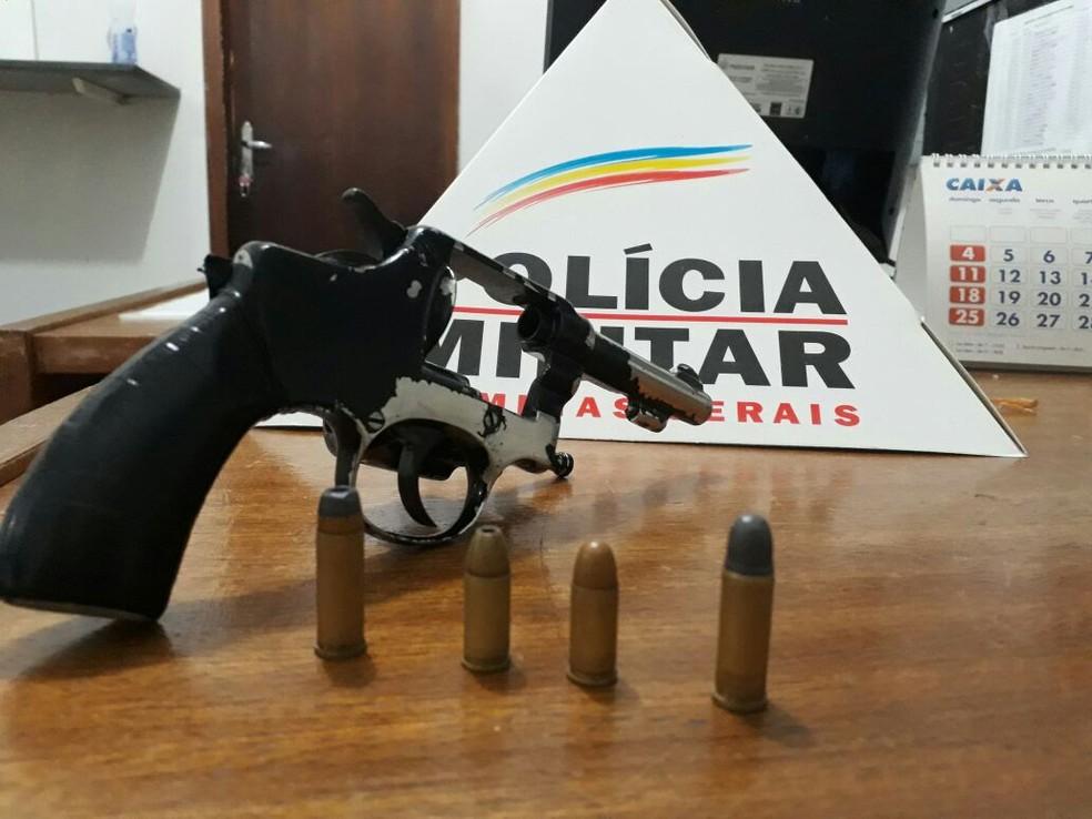 Arma usada no crime foi apreendida com o menor (Foto: Polícia Militar/Divulgação)
