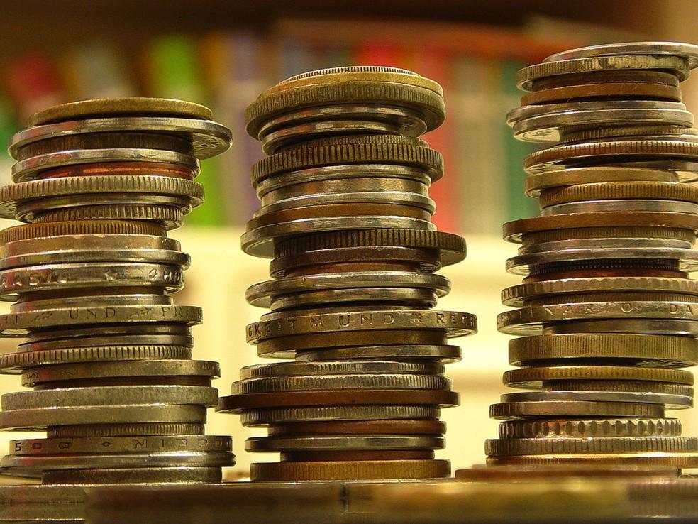 Fraudes contra idosos: golpistas oferecem prêmios, viagens a preços irrisórios e produtos antienvelhecimento ou voltados para doenças crônicas — Foto: https://commons.wikimedia.org/wiki/Category:Stacks_of_coins#/media/File:Contando_Dinheiro_(8228640).jpg
