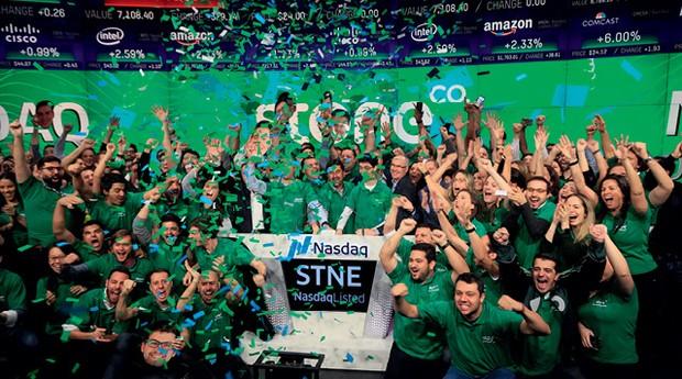 Funcionários da Stone no IPO, na Nasdaq, em Nova York: valor de mercado de US$ 9 bilhões e sociedade com gigantes das finanças globais (Foto: NASDAQ/Divulgação )