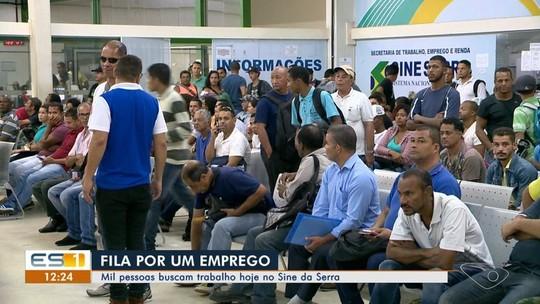 Centenas de pessoas formam fila em busca de vaga de emprego no Sine da Serra, ES