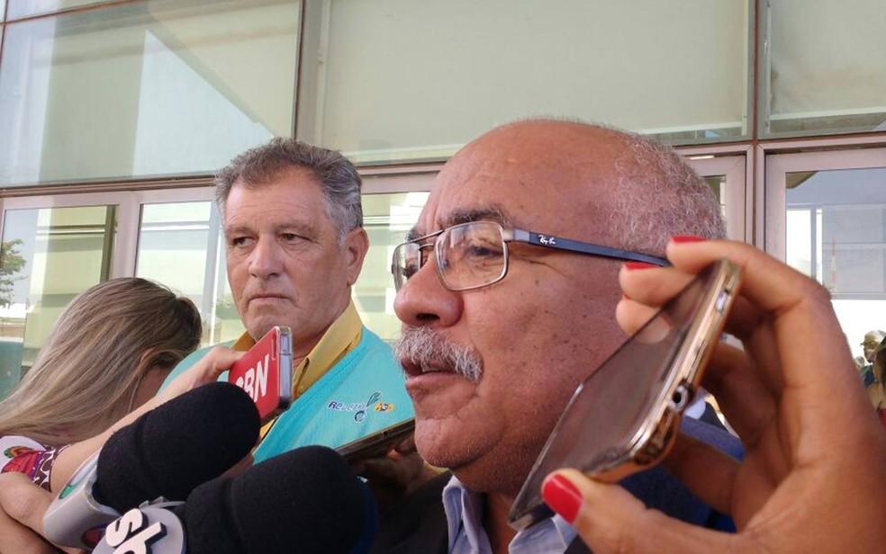 O deputado Chico Vigilante (PT) durante entrevista em frente à Câmara Legislativa do Distrito Federal nesta terça-feira (23) (Foto: Beatriz Pataro/G1)