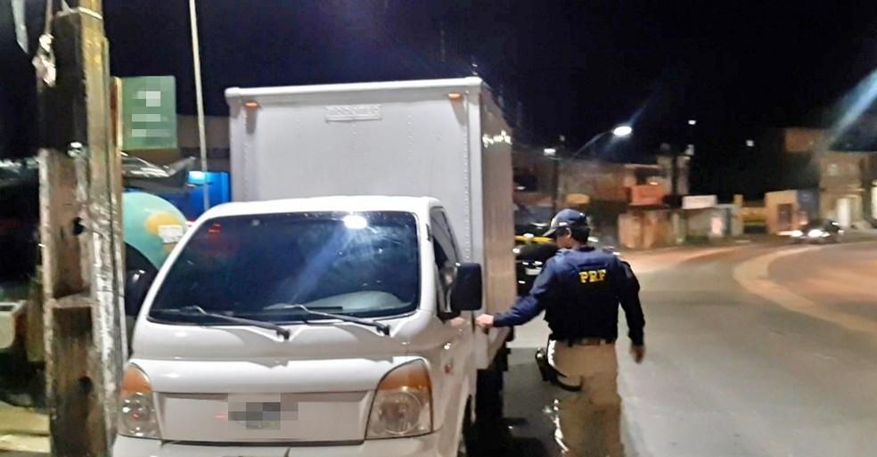 Caminhão roubado em Paudalho foi encontrado quatro dias depois em São Lourenço da Mata — Foto: Polícia Rodoviária Federal/Reprodução