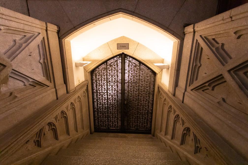 Entrada da Cripta da Catedral dá Sé fica no fim de escada ao lado do altar — Foto: Celso Tavares/G1