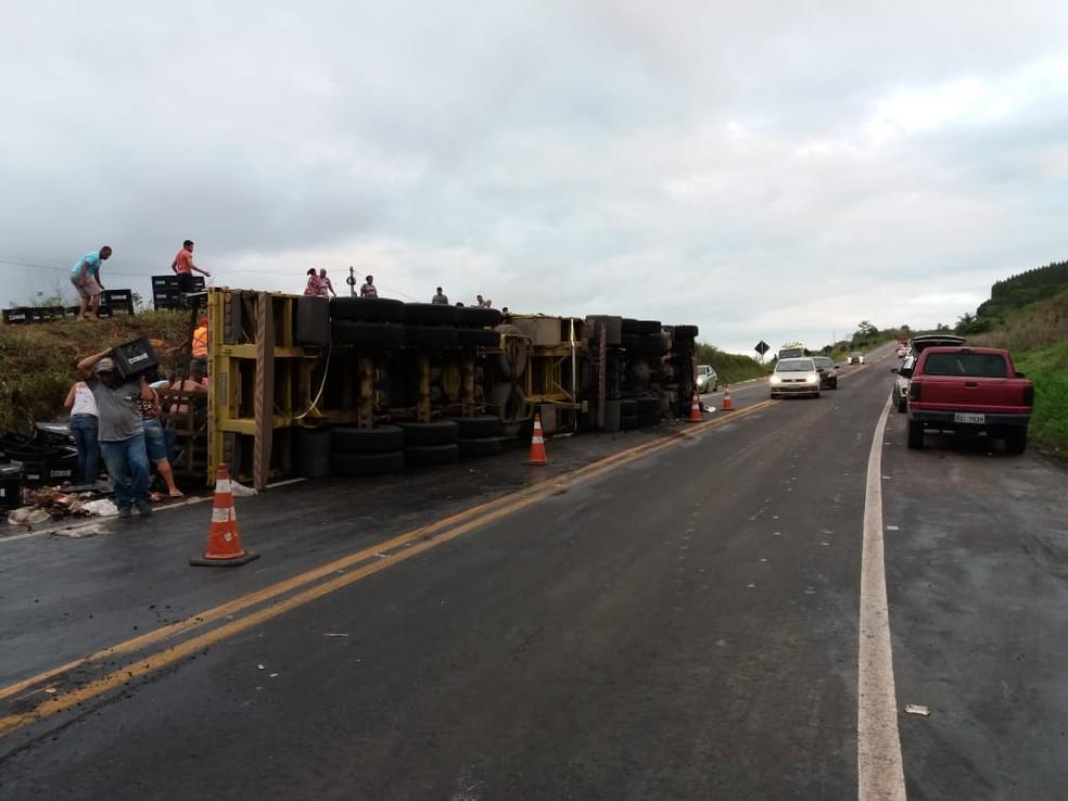 Parte da rodovia ficou interditada por cerca de duas horas — Foto: Divulgação/PRF