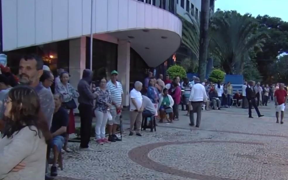 Fila do primeiro grupo de risco em busca de vacinas contra gripe H1N1 no segundo dia de campanha em Goiânia, Goiás (Foto: TV Anhanguera/Reprodução)