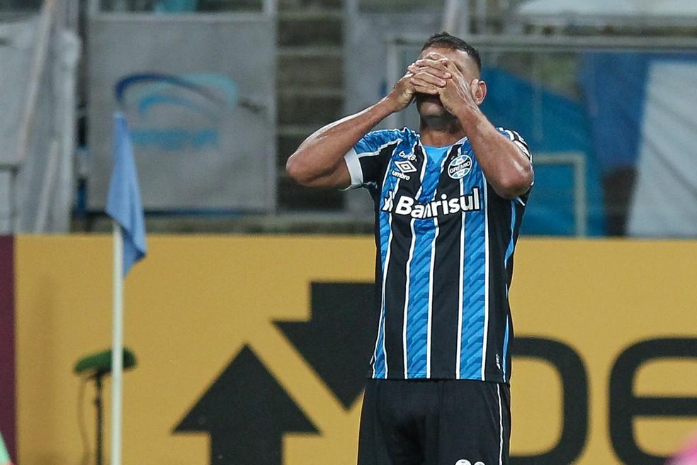 Diego Souza lamenta gol perdido em Grêmio x Independiente del Valle  — Foto: Fernando Alves/AGIF