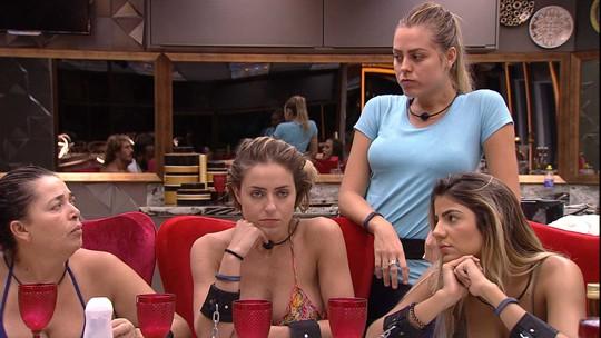 Tereza fala com Isabella sobre a sister usar o banheiro do quarto enquanto todos dormiam