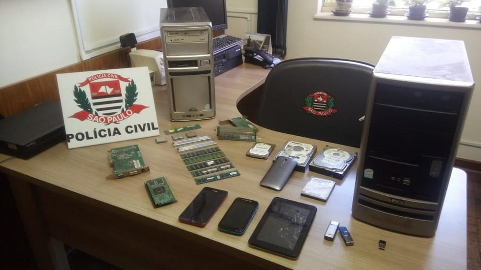 Computadores, celulares e tablets foram apreendidos em Ourinhos  (Foto: Weverson Marquezani / TV TEM )