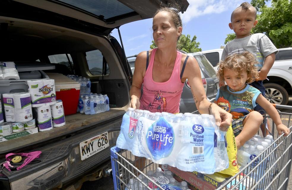 Família faz compras para se preparar para a passagem do furacão Lane no Havaí (Foto: Dennis Fujimoto/The Garden Island via AP)