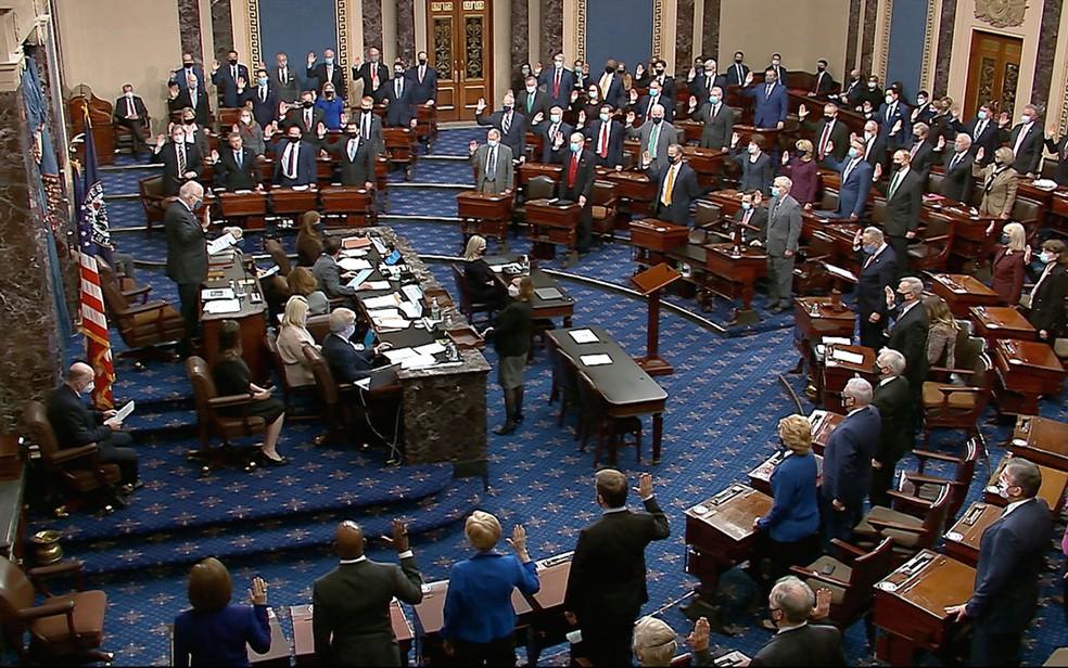 Senador Patrick Leahy, presidente do processo de impeachment de Donald Trump, conduz o juramento dos senadores que atuarão como jurados, em foto de 26 de janeiro — Foto: Senate Television via AP