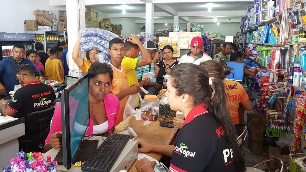 Venezuelanos fazem fila para comprar mantimentos em comércio na fronteira do Brasil  — Foto: Alan Chaves/G1 RR
