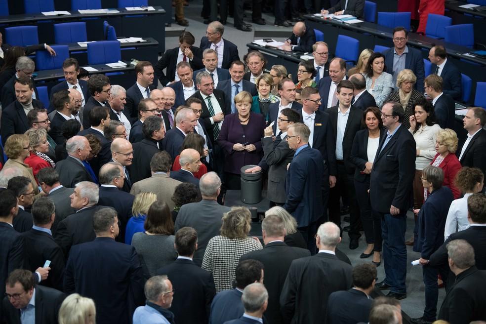 Chanceler da Alemanha, Angela Merkel, com deputados no parlamento alemão, em Berlim, no dia 15 de novembro — Foto: Jörg Carstensen/dpa/AFP