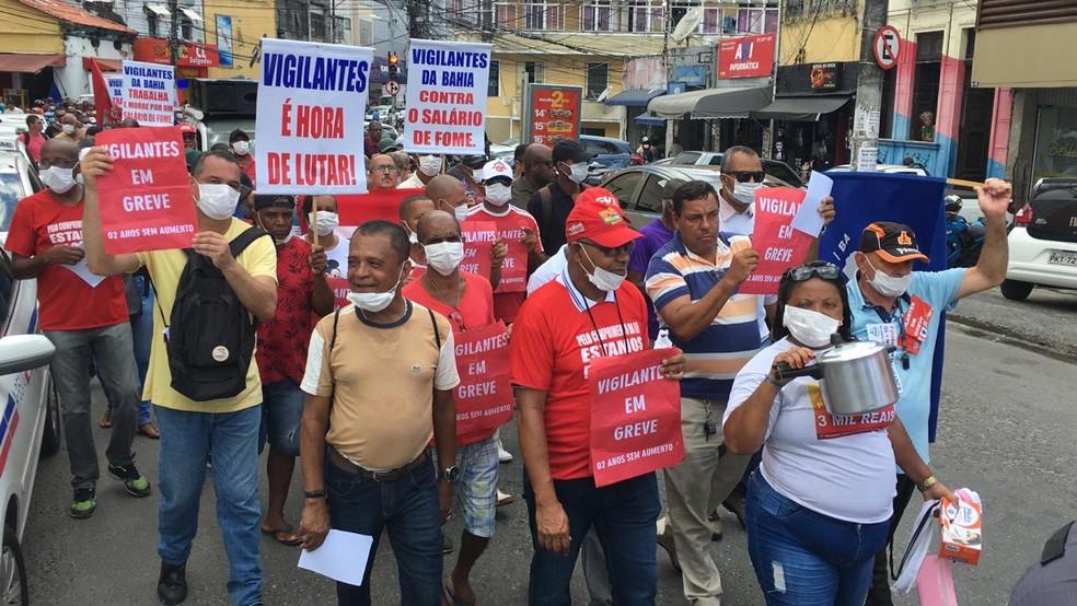 Em greve, vigilantes da Bahia fizeram protesto em Salvador, na quarta-feira (11).  — Foto: Eduardo Oliveira/TV Bahia
