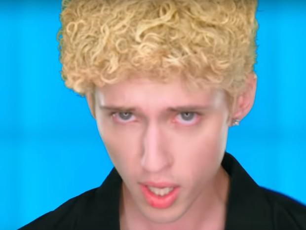 Charli XCX e Troye Sivan lançam novo clipe com referências aos anos 90 (Foto: Youtube/Reprodução)