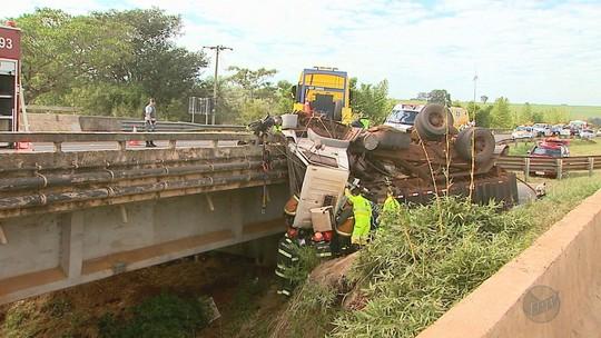 Após acidente, motorista fica preso em caminhão pendurado em ponte na Rodovia Anhanguera em Jardinópolis, SP