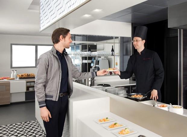 O restaurante conta com refeições gourmet, preparadas na hora (Foto: Air France/ Reprodução)