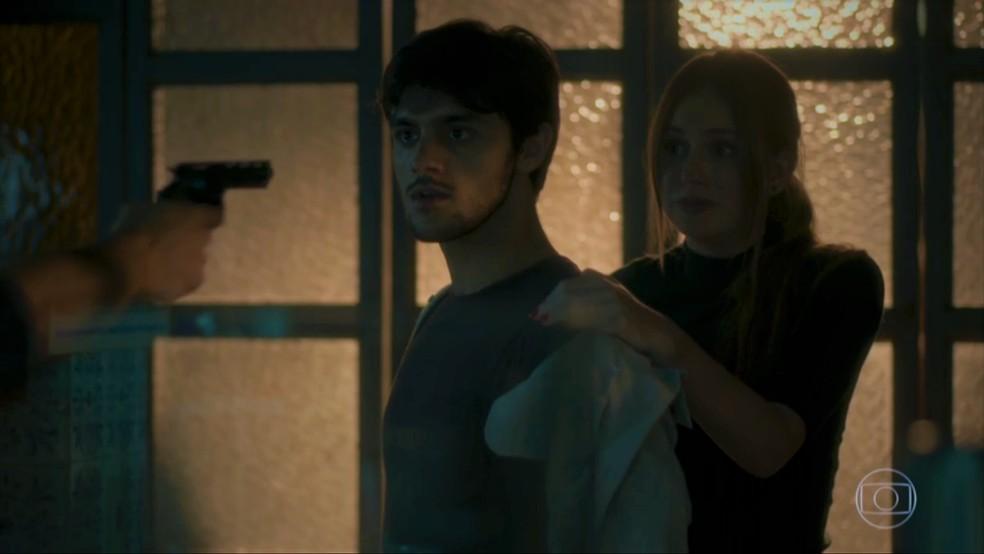 Jonatas (Felipe Simas) e Eliza (Marina Ruy Barbosa) se assustam com ameaças — Foto: TV Globo