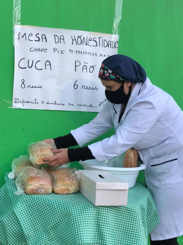 """Moradora monta """"mesa da honestidade"""" para vender seus produtos em SC — Foto: Patrícia Silveira/NSC TV"""