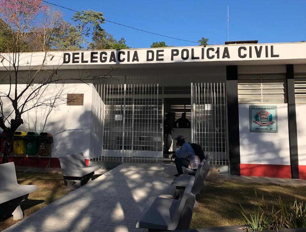Delegacia de Paraibuna investiga o crime; corpo foi achado no começo do mês com corte na barriga (Foto: Arthur Costa/TV Vanguarda)