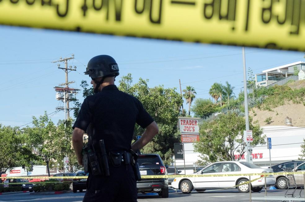 Atirador faz reféns e mata uma pessoa em loja de Los Angeles (Foto: REUTERS/Andrew Cullen)
