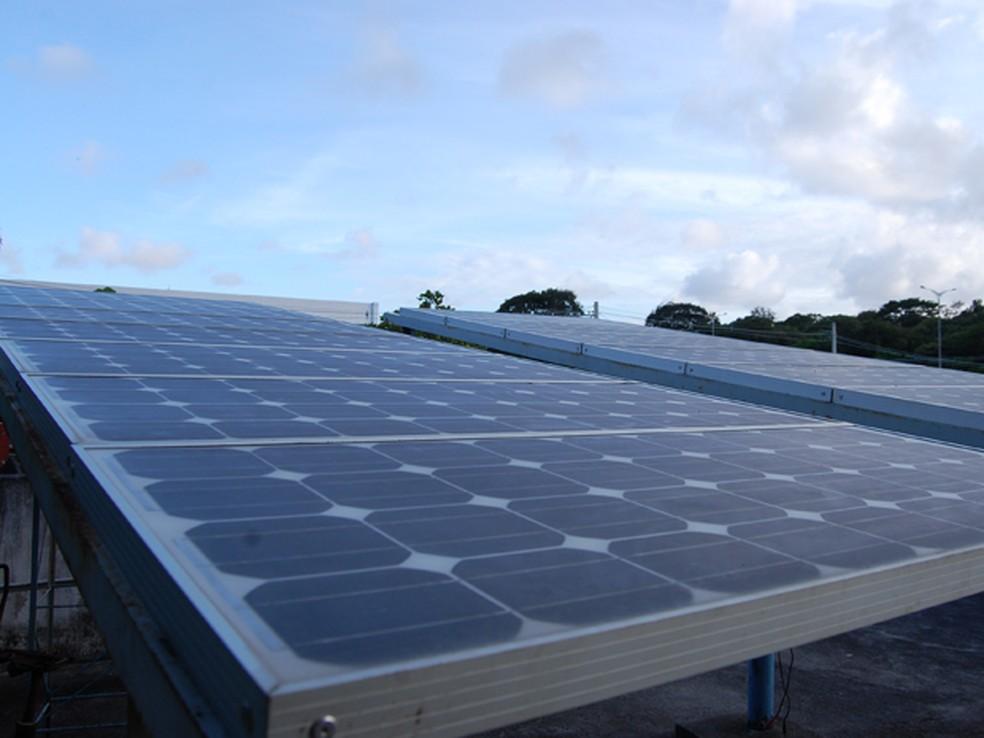 Placas fotovoltaicas em fase de instalação na Universidade Federal da Paraíba (UFPB) (Foto: Krystine Carneiro/G1)