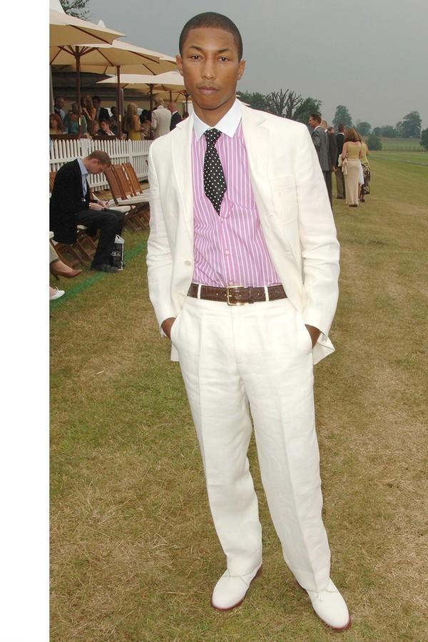O look summer de Pharrell foi completado pela camisa rosa de listras e pelos sapatos brancos. (Foto: Getty Images)