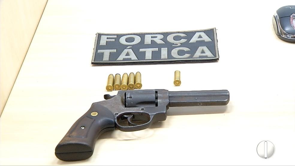 Um revólver calibre 38 foi aprendido com o homem baleado no Alecrim, em Natal. — Foto: Reprodução/ Inter TV Cabugi.