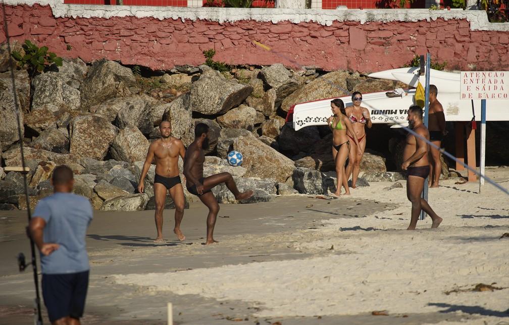 RJ, 28/04/2020 Homens jogam altinha na praia de Copacabana, Zona Sul do Rio — Foto: Marcos Serra Lima/G1