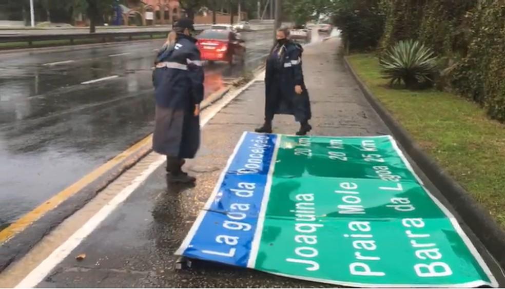 Placa derrubada pela força do vento em Florianópolis   — Foto: Guarda Municipal de Florianópolis/ Divulgação