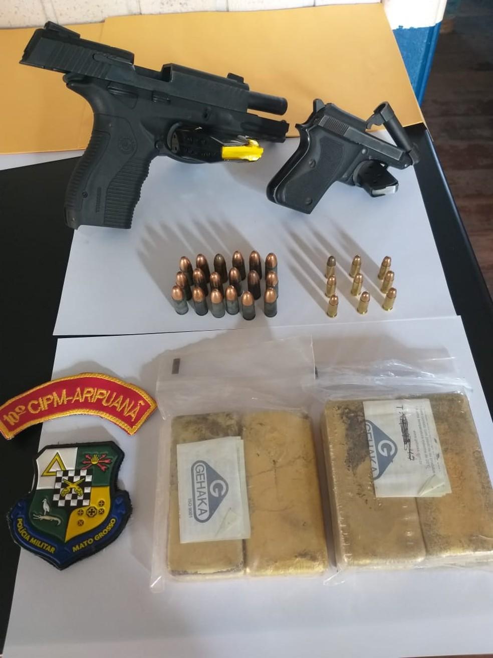 Barras de ouro e armas foram apreendidos com garimpeiro e outro suspeito em Aripuanã — Foto: Polícia Militar de Mato Grosso/Assessoria