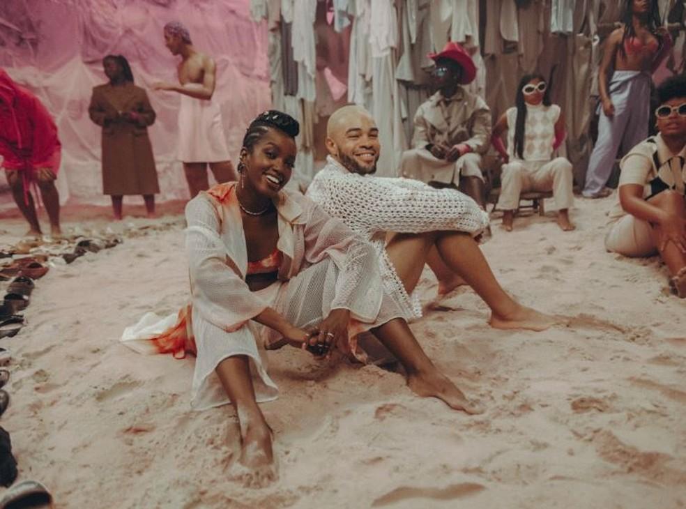 IZA e Maejor no clipe de 'Let Me Be The One' para campanha da ONU — Foto: Divulgação