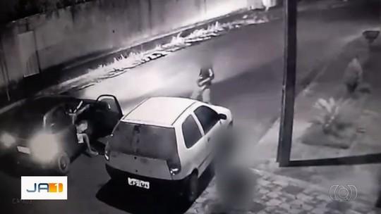 Adolescente e dois comparsas são flagrados praticando assalto em Silvânia; veja vídeo