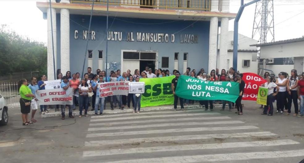 Estudantes e a comunidade protestam contra reforma da previdência e bloqueio de verbas em Serrita — Foto: Cícero Flávio Ribeiro/ Arquivo pessoal
