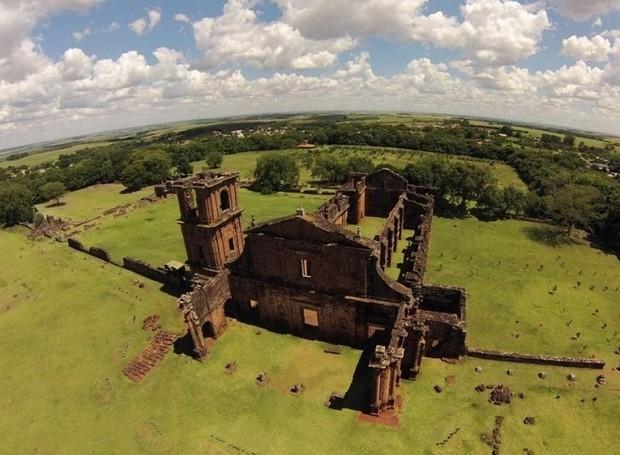 Trações arquitetônicos europeus e indígenas aparecem nas ruínas de São Miguel das Missões (Foto: Haus/ Reprodução)