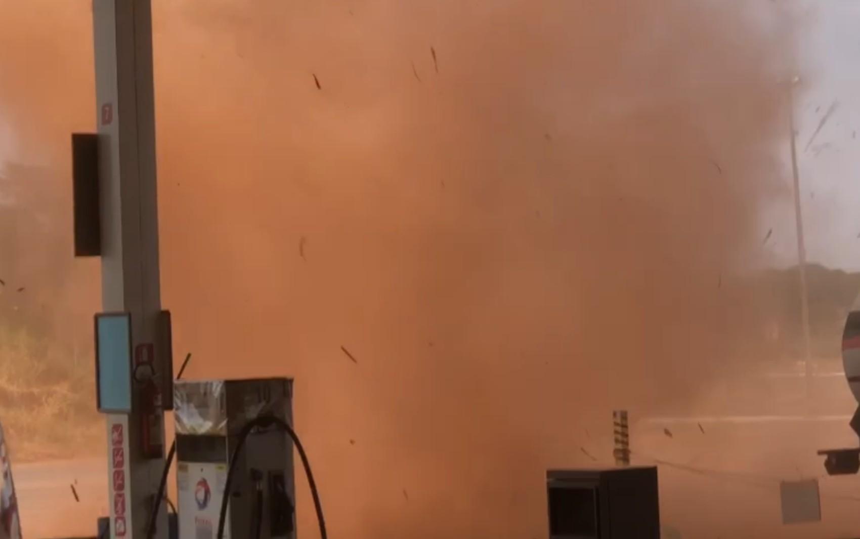 Redemoinho 'invade' posto de combustíveis e assusta funcionário em Porangatu; vídeo