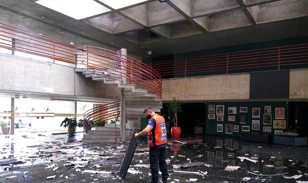 Teatro foi destelhado pelo vento forte em Criciúma — Foto: Defesa Civil de Criciúma/Divulgação