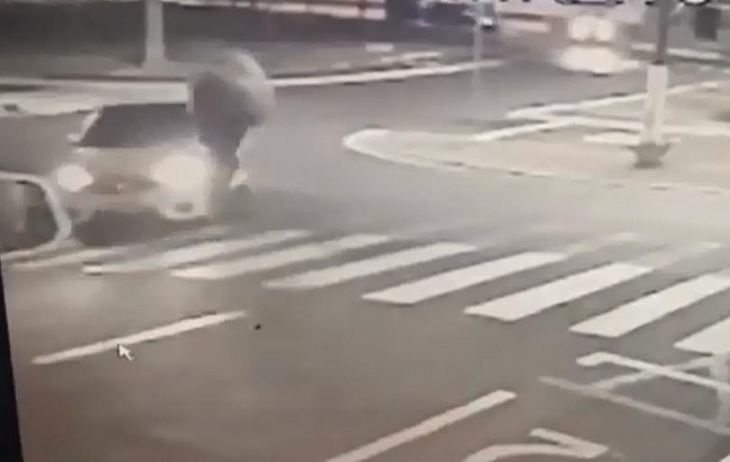 Carro atropela morador de rua no centro de Marília; vídeo