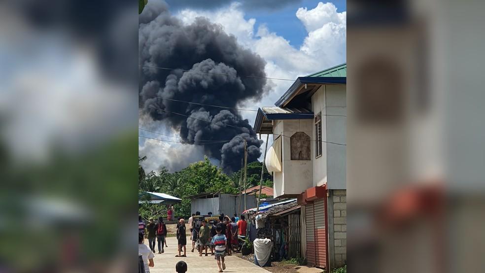 Imagem nas redes sociais mostra coluna de fumaça após queda de aeronave nas Filipinas — Foto: Reuters
