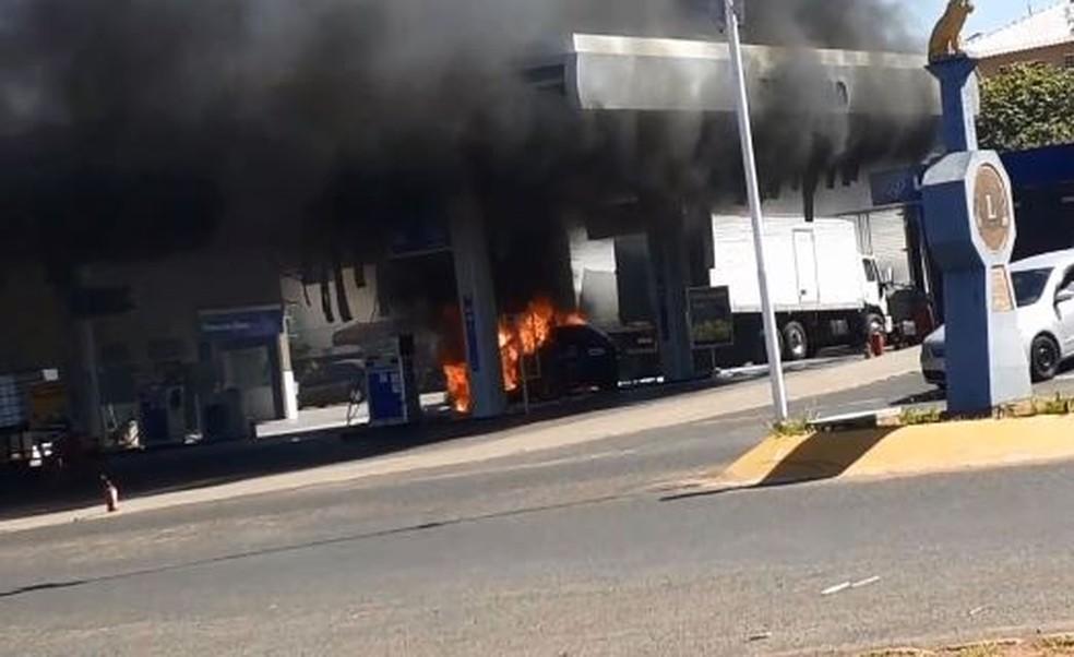 Carro pega fogo após motorista atingir bomba de posto de combustíveis em Promissão — Foto: Arquivo pessoal