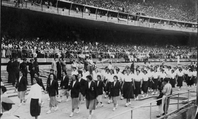 Antes do primeiro jogo, um desfile das alunas da Escola Nacional de Educação Física