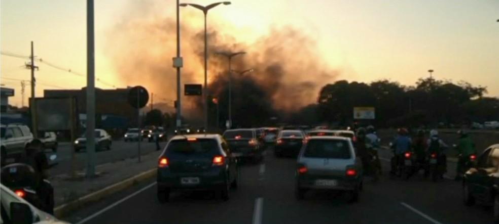 Taxistas puseram fogo em pneus na Avenida do Aeroporto, em Fortaleza (Foto: TV Verdes Mares/Reprodução)