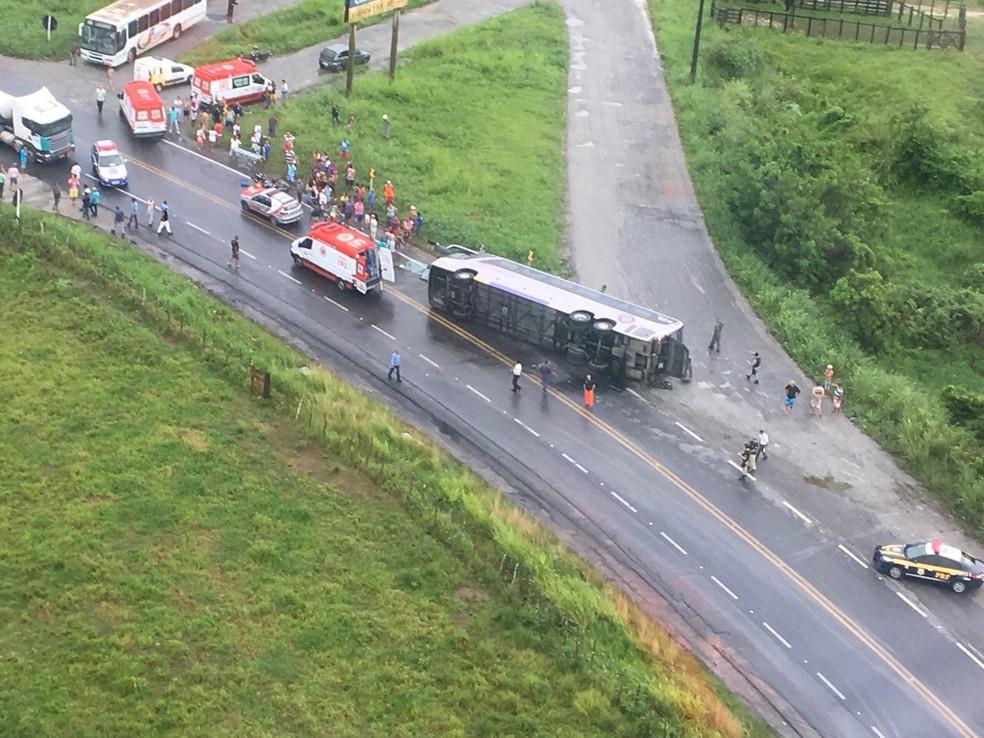 Acidente mobilizou várias equipes de socorro (Foto: Grupamento Aéreo)