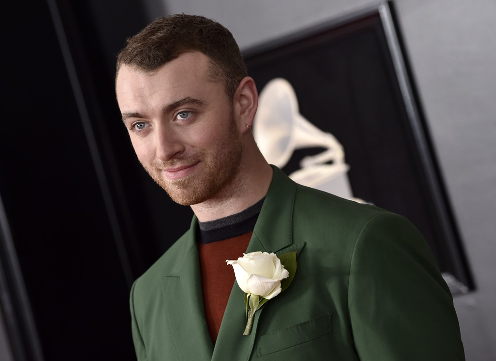 Sam Smith posa no tapete vermelho do Grammy 2018 (Foto: Evan Agostini/Invision/AP)