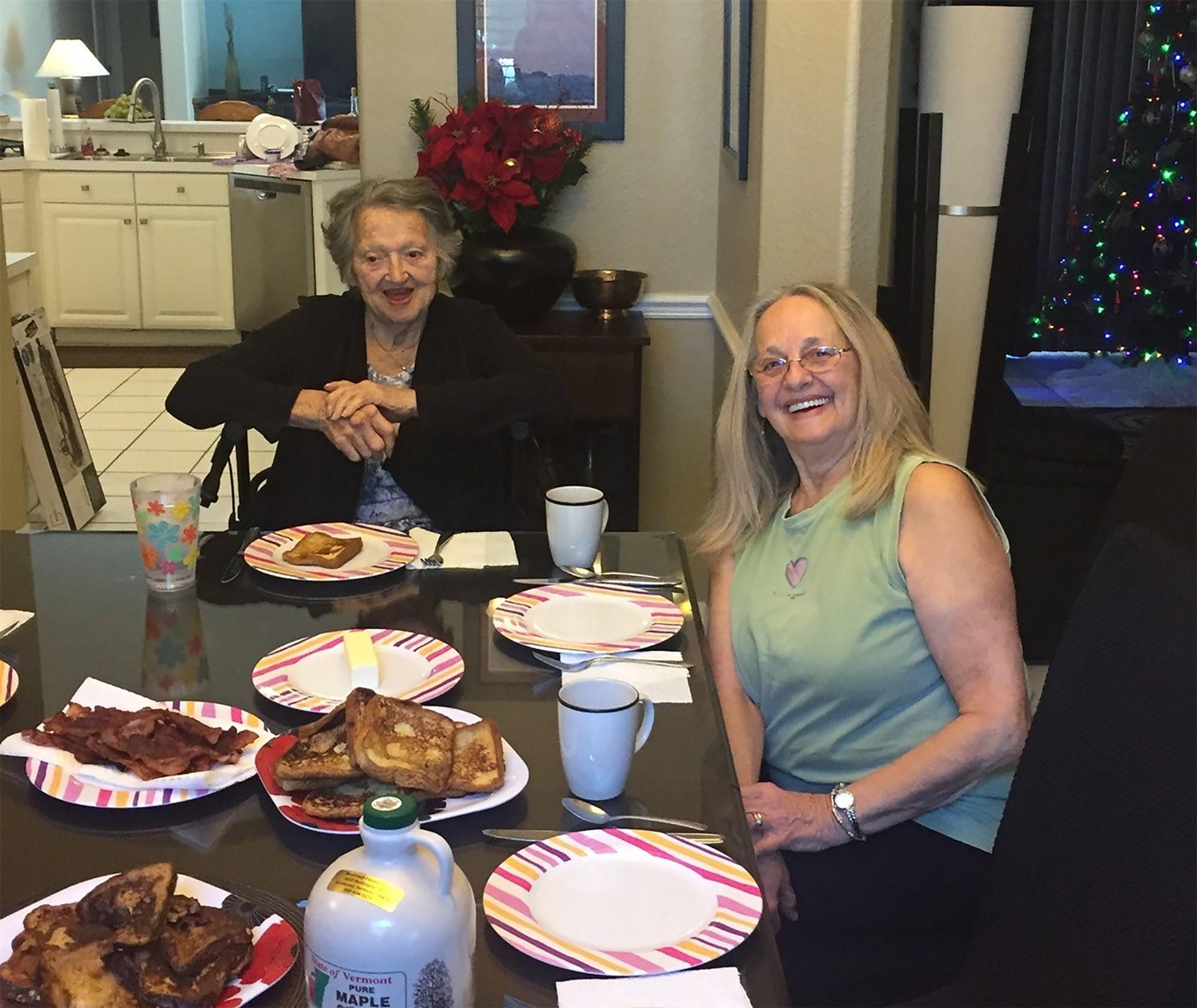 Genevieve Purinton e a filha Connei Moultroup finalmente fazem uma refeição juntas (Crédito: Reprodução/ Instagram)