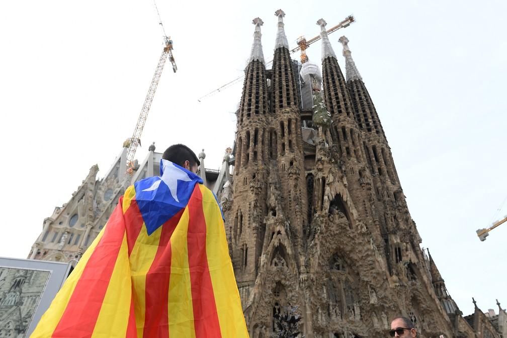 Manifestantes pró-independência se reúnem em frente à basílica da Sagrada Família em Barcelona, nesta sexta-feira (18)  — Foto: Josep Lago / AFP