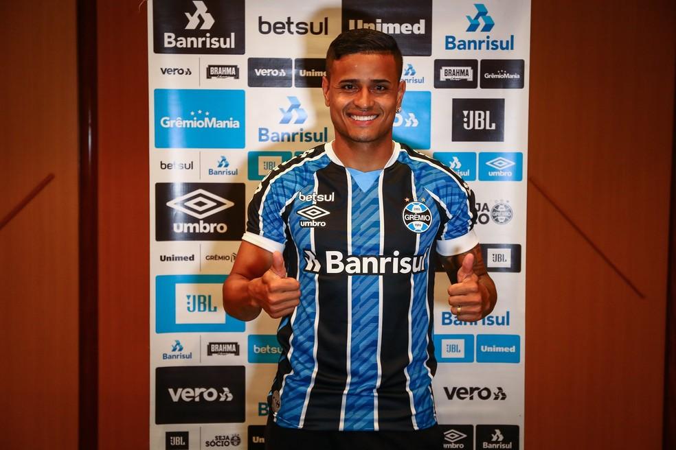 Everton já está integrado ao elenco do Grêmio no Rio de Janeiro — Foto: Grêmio FBPA/Divulgação